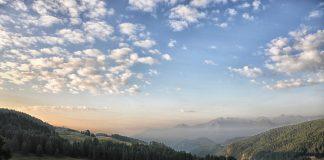 L'altipiano naturale su cui si estende l'abitato di Torgnon offre scorci impagabili soprattutto all'albeggiare e al tramonto del Sole. © Ufficio Turismo Torgnon