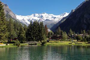 Nella foto di Enrico Romanzi il Lago Gover nell'abitato di Gressoney-Saint-Jean