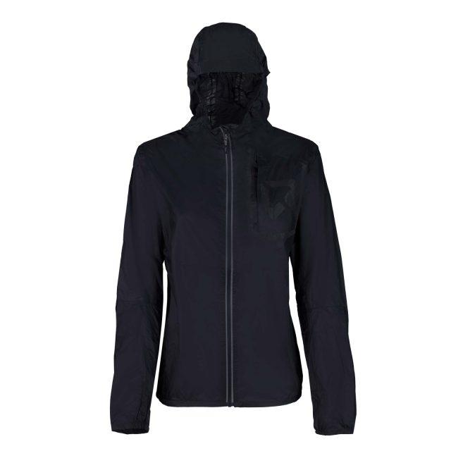 La BERYLL Jacket nella versione da donna con un look più aderente sui fianchi per modellare il corpo femminile