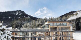 Sorge sulle piste del Plan de Corones e della Sellaronda, l'Excelsior Dolomites Life Resort di San Viglio di Marebbe (BZ), che offre servizi speciali per gli sciatori e 2.500 mq di area wellness, anche sul tetto.