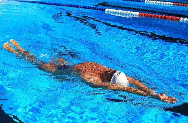 MIke, testimoniale ambassador del marchio Phelps sempre in piscina durante un esercizio di nuoto dorsale
