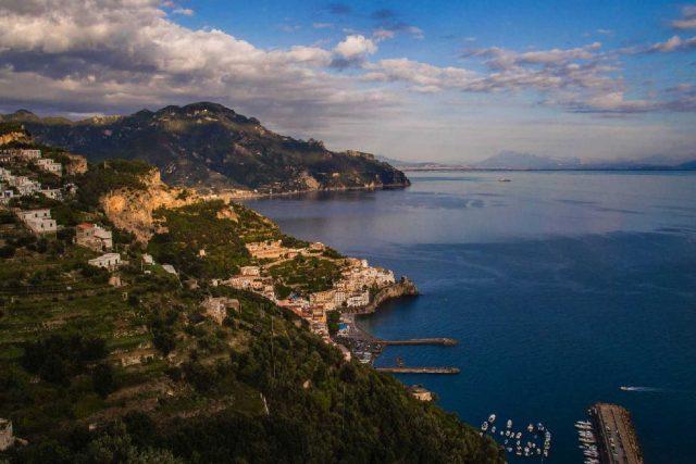 Un meravilgioso scorcio della Costiera Amalfitana in cui l'arte e la cultura del cibo regna sovrana
