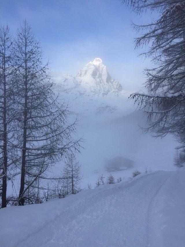Sua maestà il Monte Cervino, sempre vigile e presente, anche in una giornata di nebbia a bassa quota