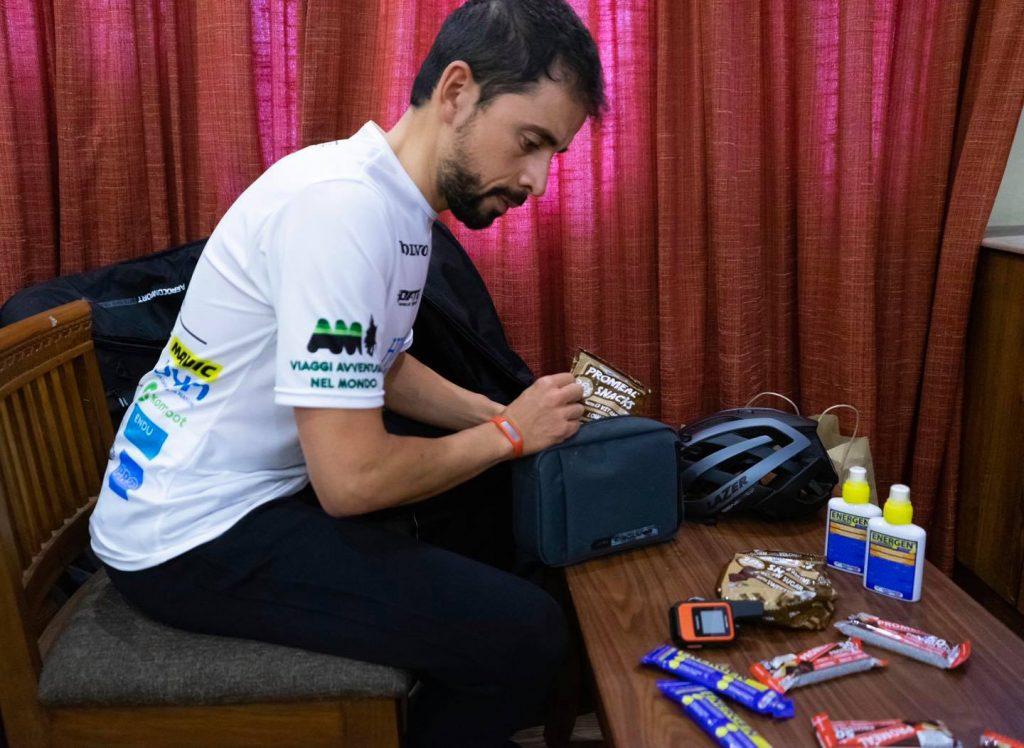 Omar Di Felice la sfida all'Everest è partita