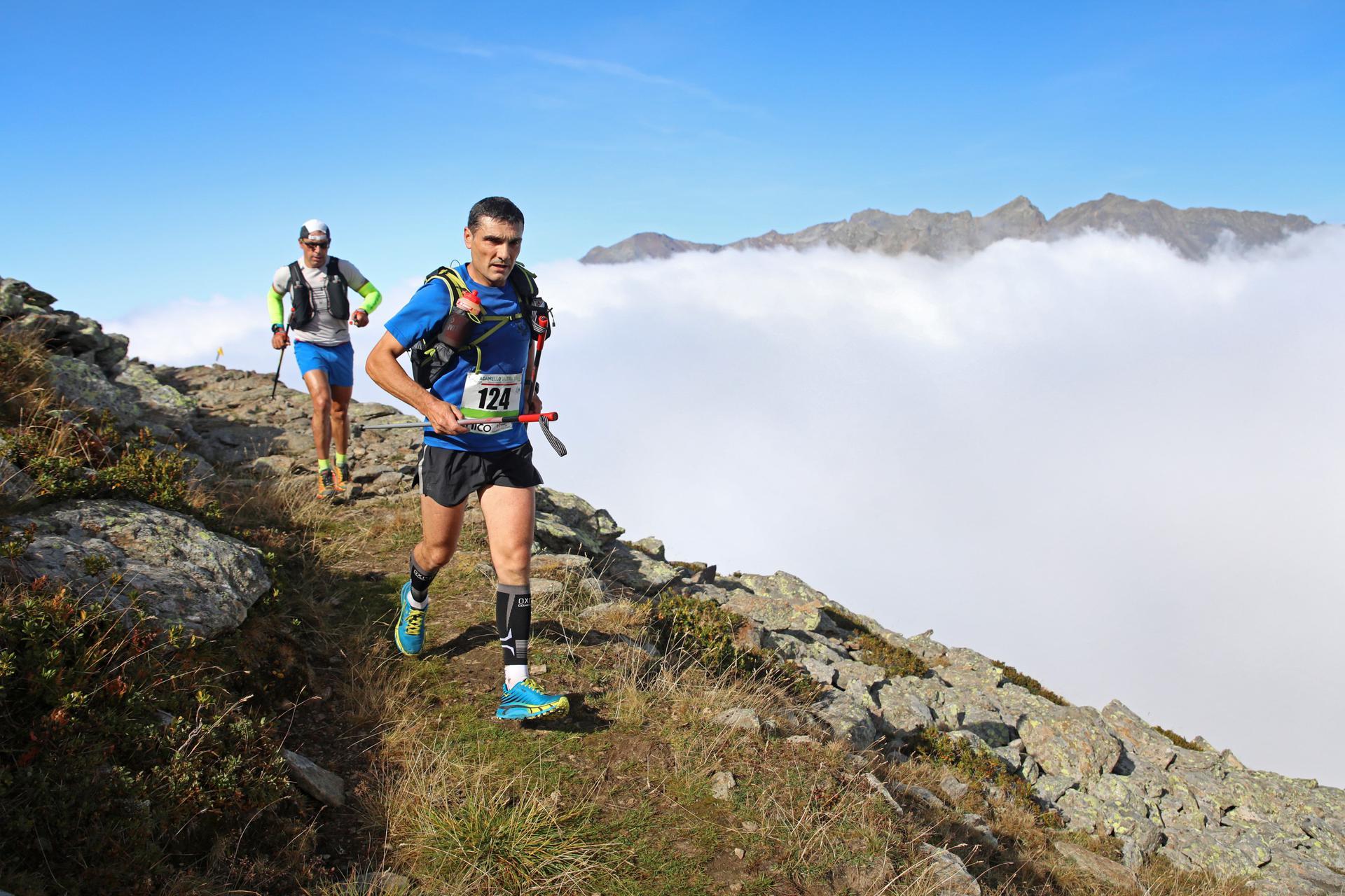 Nella bella immagine del fotografo Thomas Martini una fase di gara del percorso più lungo da 170km