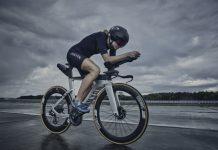 In foto la nuovissima e performante Canyon Speedmax MY 21 bici da crono con prolunghe perfetta per raggiungere velocità impensabili con biciclette tradizionali