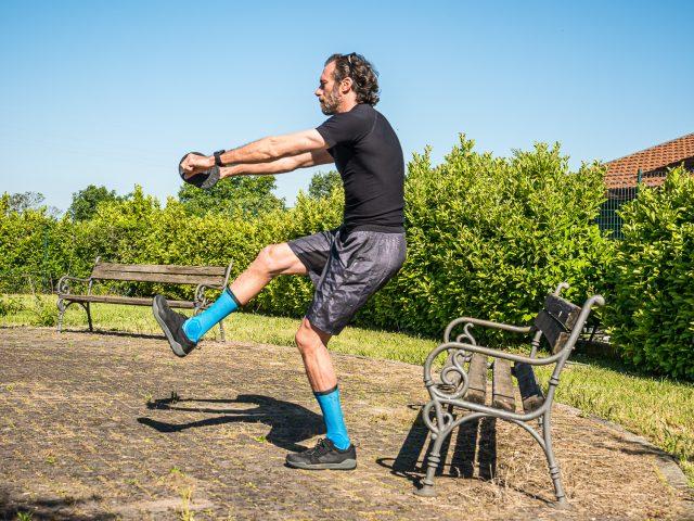 Allenamento a casa per MTB - forza gambe - pistol squat 01