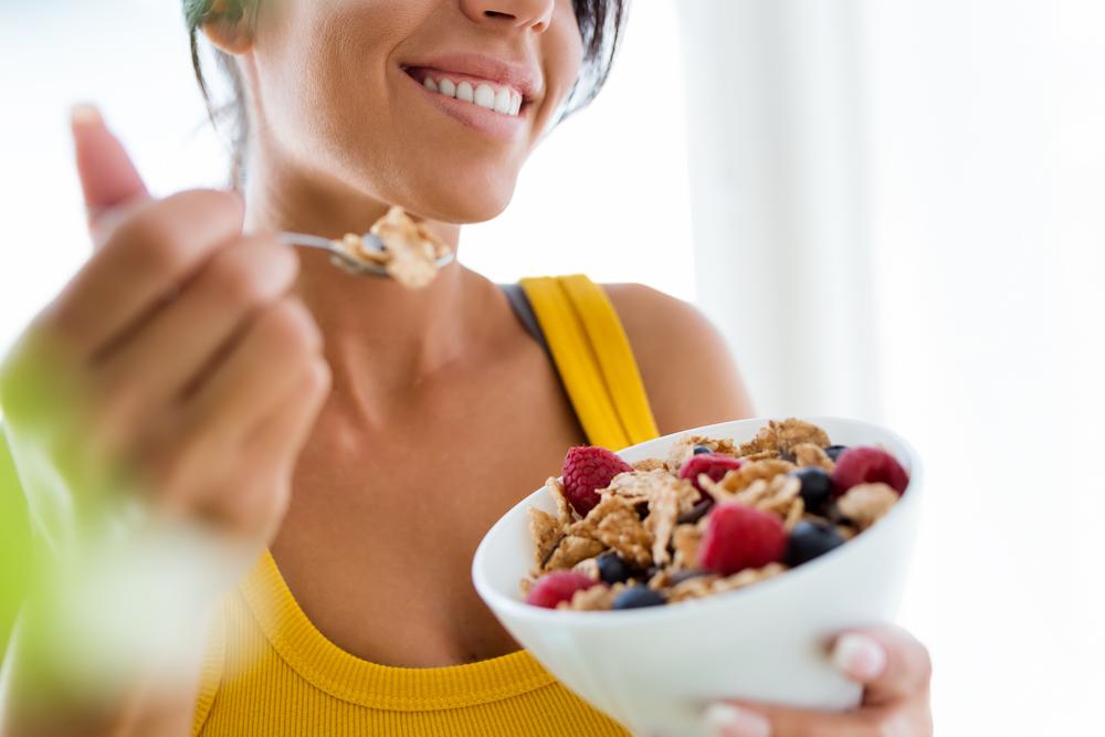 Una sana alimentazione per i giovani sportivi suggerisce di mangiare di più e meglio, scegliendo carboidrati complessi (a basso indice glicemico) e pseudocereali.