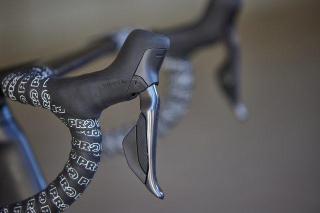 Il design deciso, muscolare e aggressivo. La livrea cromatica che abbina il classico grigio opaco Ultegra a finiture lucide. E' lei, è la trasmissione Shimano Ultegra.