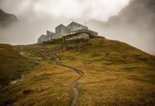 Nella suggestiva foto di Pierre Lucianaz, il Rifugio Frassati, lungo l'Alta Via n° 1 a 2.540 metri di quota.