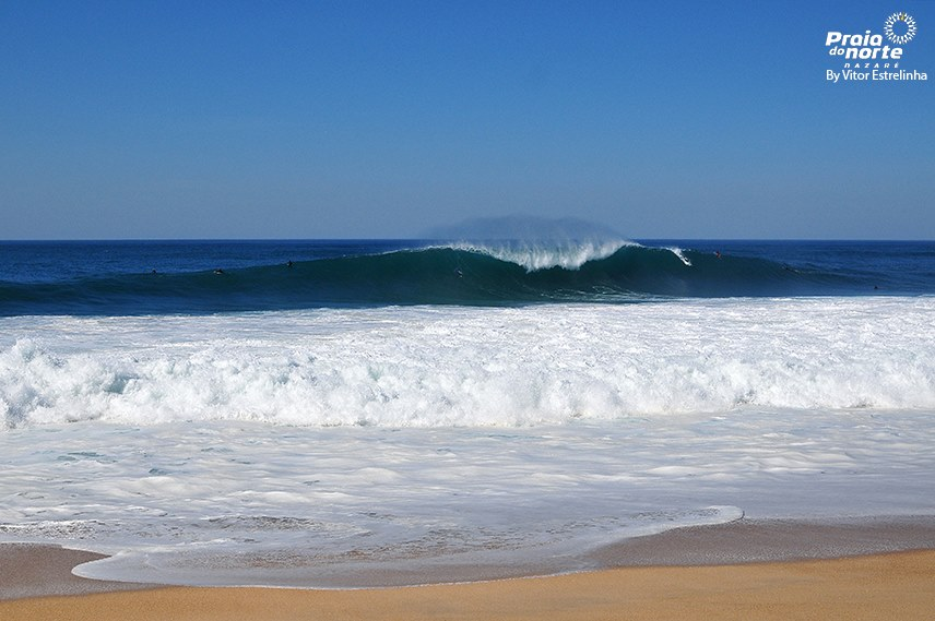 """Nelle giornate """"piccole"""" Nazarè offre tra le onde più potenti d'Europa sul suo shorebreak"""