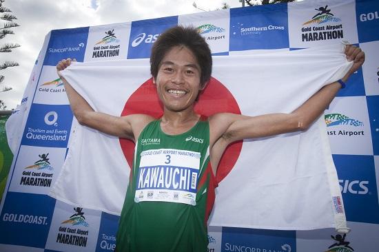 Kawauchi sul podio della Gold Coast Marathon australiana, vinta nel 2013 (foto organizzatori)